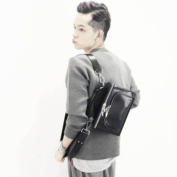 Chàng stylist trẻ bất ngờ nam tính, mạnh mẽ với tóc chẻ ngôi lệch kết hợp phần undercut trẻ trung, cá tính.