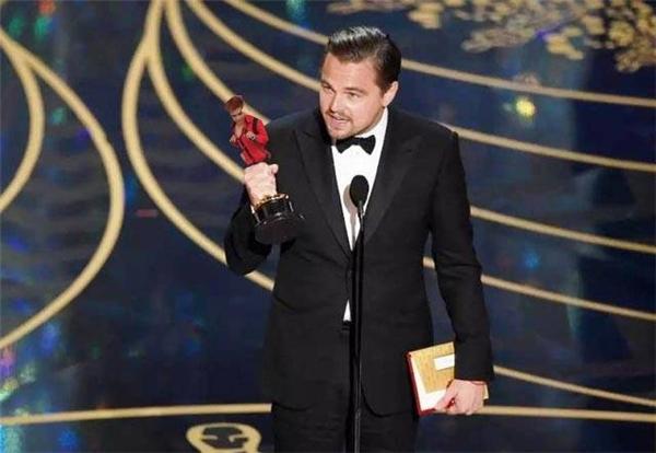 """Trong một giấc mộng xưa cũ thời thơ ấu, chàng mơ một lần được ở trong vòng tay """"anh Leo"""". Thế mà cuối cùng cũng được toại nguyện. Thật vi diệu!"""
