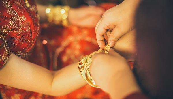Trong ngày vui, cô dâu và chú rể thườngđược gia đình tặng chút của hồi môn. (Ảnh: Internet)