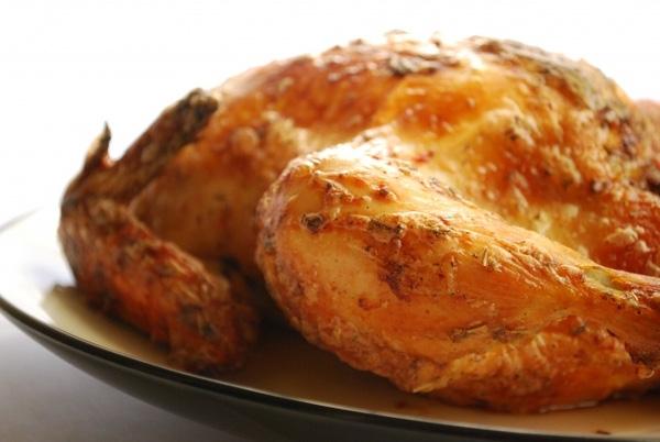 10. Lật úp lườn gà xuống dưới khi quay, nướng sẽ giúp thịt chín đều và chín kỹ hơn bởi đây là phần có nhiều thịt nhất.