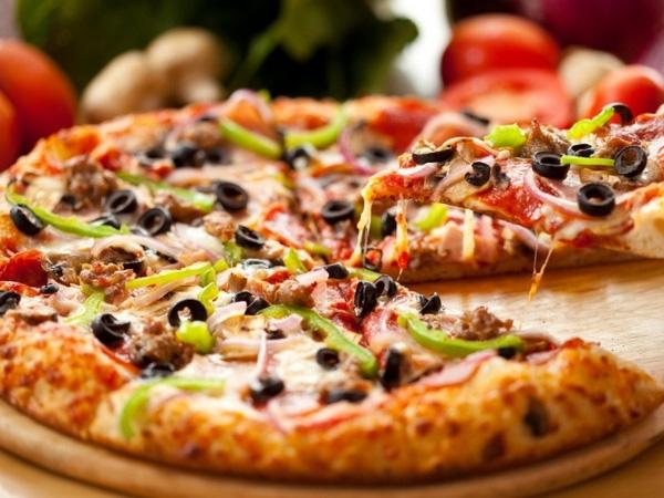 12. Việc làm nóng lại pizza hay món bánh khác trong lò vi sóng có thể làm chúng bị khô và cứng. Cách giải quyết rất đơn giản, bạn chỉ cần đặt một bát nước nhỏ vào trong lò là xong.