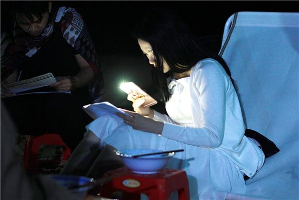 Thậm chí, nữ ca sĩ còn thường xuyên thức khuya để học thoại trong điều kiện khó khăn. - Tin sao Viet - Tin tuc sao Viet - Scandal sao Viet - Tin tuc cua Sao - Tin cua Sao