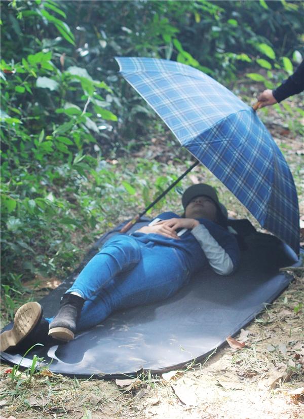 Minh Hằng phải ăn uống và ngủ ngay trong rừng sâu, suốt mấy ngày ghi hình tại đây. - Tin sao Viet - Tin tuc sao Viet - Scandal sao Viet - Tin tuc cua Sao - Tin cua Sao