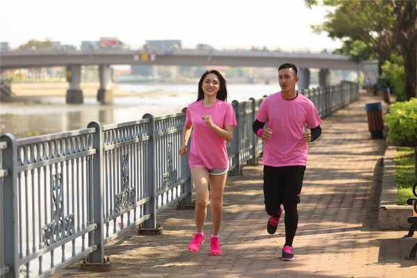 """Hương Giang chia sẻ: """"Không có thời gian đến phòng gym thì hai đứa hẹn nhau chạy bộ, thường thì khoảng 1 tiếng một ngày. Tập luyện thể lực cho cuộc đua thì mình tập lâu dài rồi chứ không đợi đến sát ngày mới tập. Cuộc đua này điều quan trọng là sức khoẻ nên bây giờ hai đứa cảm thấy rất tự tin để bứt phá hơn,""""giải quyết"""" hết các thử thách mà chương trình đưa ra"""". - Tin sao Viet - Tin tuc sao Viet - Scandal sao Viet - Tin tuc cua Sao - Tin cua Sao"""