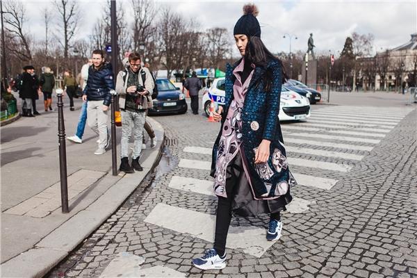 """Cùng với giày thể thao, mũ len, """"chân dài"""" vừa được giữ ấm lại vẫn nổi bật và thời thượng."""