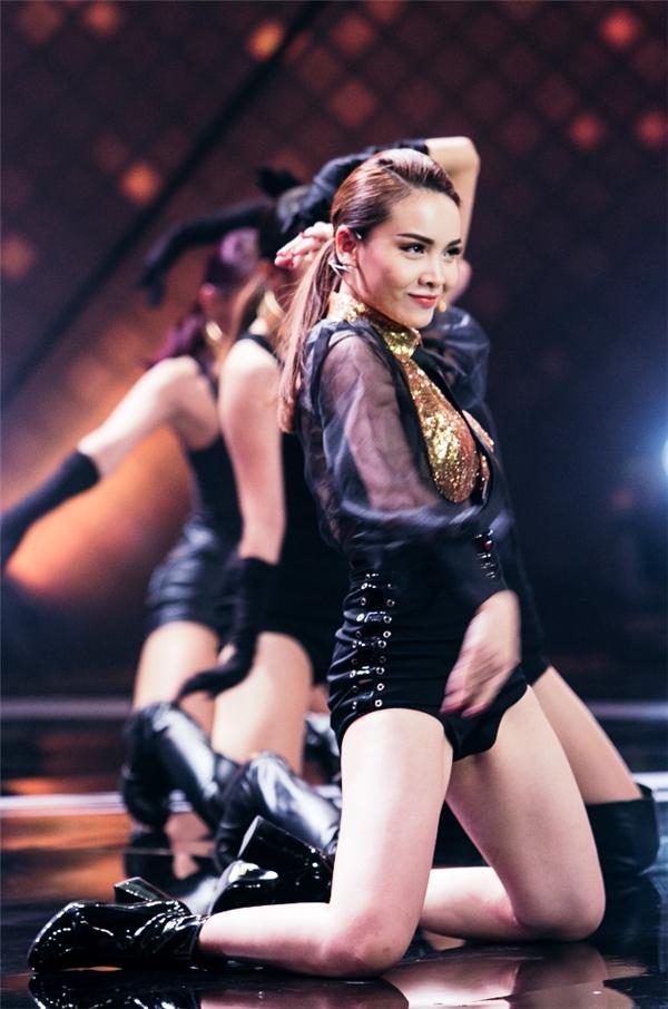 Tại sân khấu lần này, Yến Trang lựa chọn xuất hiện đầy ấn tượng với bộ jumpsuit ngắn màu đen ôm sát người, khoe đôi chân thon dài không tì vết. - Tin sao Viet - Tin tuc sao Viet - Scandal sao Viet - Tin tuc cua Sao - Tin cua Sao