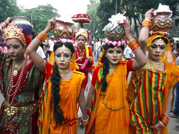 14. Dhaka, Bangladesh là một trong những thành phố đông dân nhất thế giới với may mặc là ngành hàng xuất khẩu chính thúc đẩy kinh tế. Tuy nhiên, quyền công dân và điều kiện lao động tại đây đang gặp một số chỉ trích.