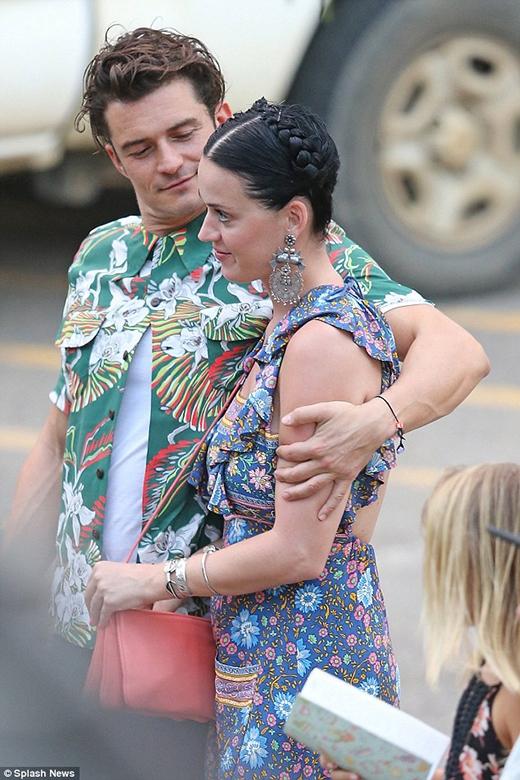 Cặp đôi quấn quýt nhau không rời và Orlando khó lòng dời mắt khỏi người yêu. (Ảnh: Internet)