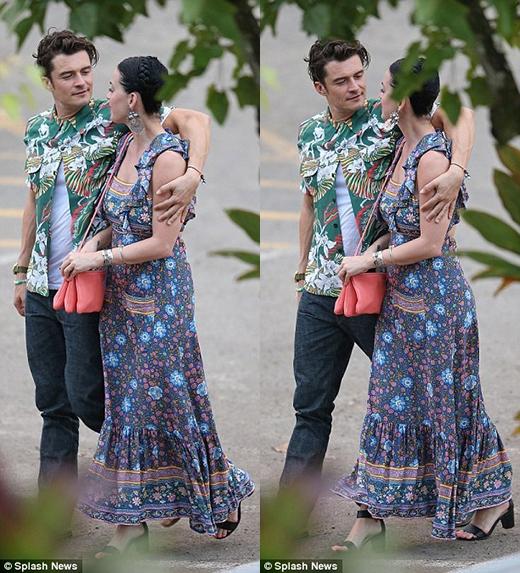 Katy Perry hạnh phúc với tình mới và liên tục thể hiện sự ngượng ngùng với chàng tài tử trong lúc họ cùng nhau đi dạo. (Ảnh: Internet)
