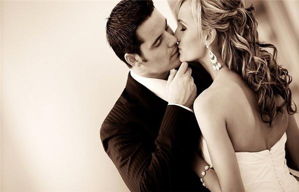 Nâng cằm người ấy lên và đặt một nụ hôn ngọt ngào vào đôi môi nào. (Ảnh: Internet)