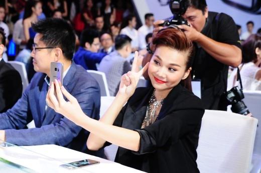 """Thanh Hằng""""selfie"""" cực đỉnh cùng Samsung Galaxy S7. - Tin sao Viet - Tin tuc sao Viet - Scandal sao Viet - Tin tuc cua Sao - Tin cua Sao"""