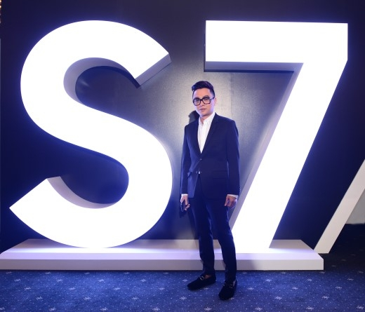 Nhà thiết kế Nguyễn Công Trí lịch lãm trong buổi ra mắt Galaxy S7 và Galaxy S7 edge. - Tin sao Viet - Tin tuc sao Viet - Scandal sao Viet - Tin tuc cua Sao - Tin cua Sao