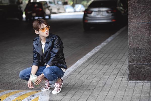 """Nếu yêu thích vẻ ngoài trẻ trung, năng động, áo phông họa tiết đi kèm quần jeans sẽ là combo mà các chàng trai không thể ngó lơ. Công thức này chắc chắn sẽ được lòng phái mạnh bởi những """"nguyên liệu"""" dễ tìm, thân thuộc."""