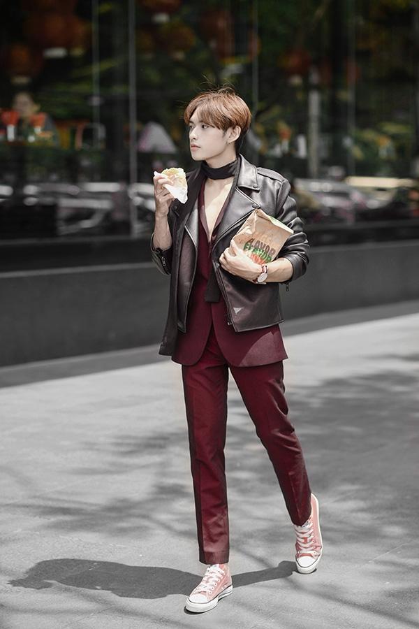 Tông màu đỏ rượu nồng nàn, quyến rũ giúp các chàng trai trông trẻ trung hơn khi diện dáng vest cổ điển. Dương Minh Tuấn tạo nên cái tôi khác biệt khi diện cùng áo khoác da cá tính, hiện đại.
