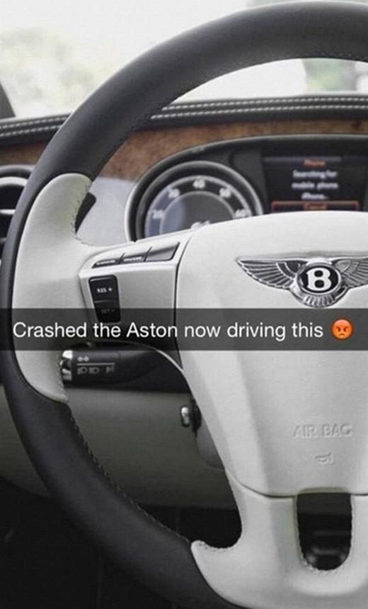 Một anh chàng khác thì tỏ ra tiếc nuối vì lỡ tay tông hỏng chiếc Aston nên đành lái tạm chiếc Bentley. (Ảnh: Internet)