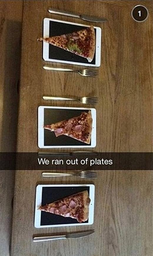 Bộ ba này thiếu đĩa ăn nên đành dùng tạm điện thoại. (Ảnh: Internet)