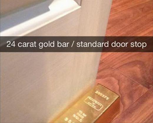 Vàng khối... vô dụng chẳng để làm gì ngoài chặn cửa. (Ảnh: Internet)