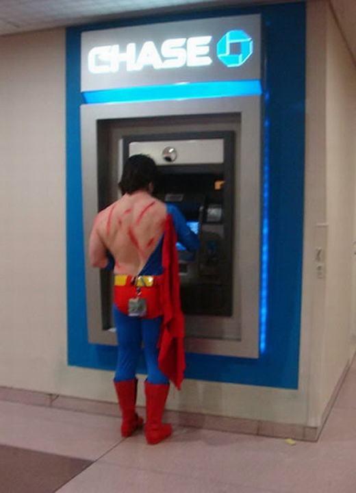 """""""Nhìn gì, chưa thấy siêu nhân đi rút tiền bao giờ à!"""" (Ảnh: Internet)"""