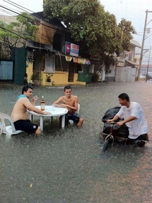 """Những bức ảnh chứng tỏ """"dân chơi"""" chưa bao giờ sợ """"mưa rơi"""""""