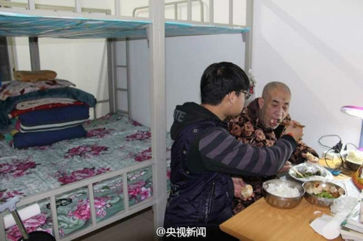 Vì cha già bị liệt, không ai chăm sóc nên cậu sinh viên Zhao Delongđã xin nhà trường cho cha sống cùng mình trong kítúc xá.(Ảnh: shanghaiist)