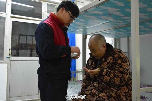 Hồi còn nhỏ Zhao Delongcũng từng bị bại liệt nhưng đã được cha mẹ hết lòng chạy chữa mới được như ngày hôm nay.(Ảnh: shanghaiist)