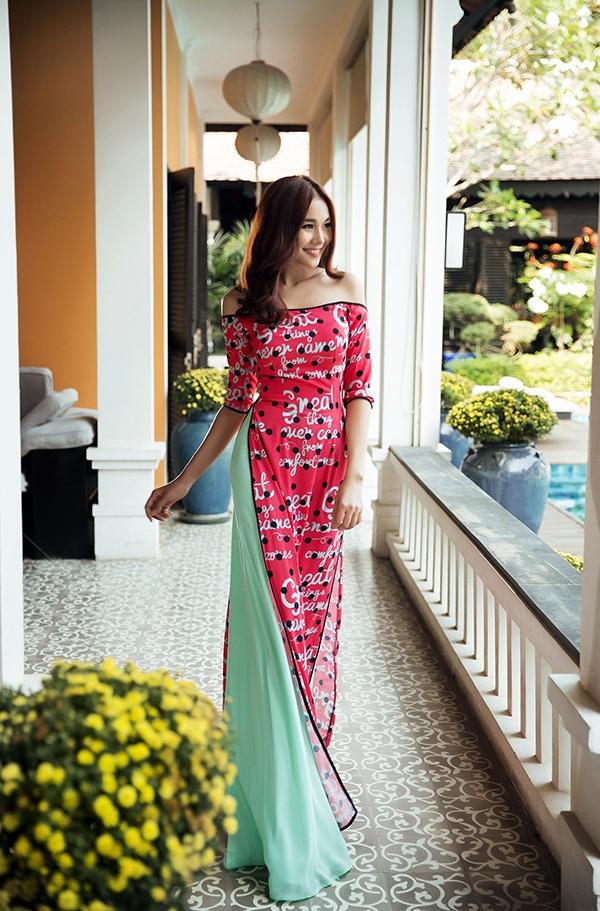 Tà áo truyền thống mang âm hưởng mới lạ hơn với cấu trúc trễ vai hiện đại, gợi cảm. Phần quần được thực hiện trên nền voan lụa xếp li càng giúp tổng thể thêm nhẹ nhàng, thanh thoát.