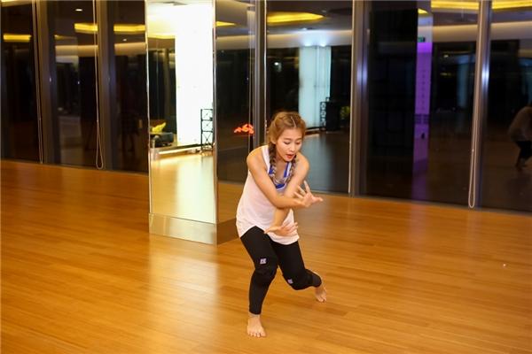 Đến với chương trình, Zhivko được bắt cặp cùng Khả Ngân, người mà được đánh giá là có ít lợi thế và kinh nghiệm vì chuyên môn của cô nàng là Hip hop và những điệu nhảy hiện đại chứ không phải là Dancesport. - Tin sao Viet - Tin tuc sao Viet - Scandal sao Viet - Tin tuc cua Sao - Tin cua Sao