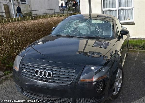Chiếc xe Audi TT được cho là tài sản của một người ăn xin được phát hiện trong tình trạng bị vỡ kính. (Ảnh: Daily Mail)