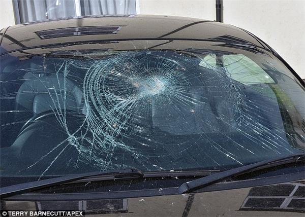 Ảnh chụp tại hiện trường cho thấy kính chắn gió của chiếc xe đã bị đập bằng một vật tương đối lớn và nặng, làm mặt kính bị rạn nghiêm trọng. Chiếc xe sang trọng còn bị vấy bùn khắp nơi.Được biết, chiếc siêu xe Audi TT bị phá hoại này trị giá hơn 1,5 tỉ.(Ảnh: Daily Mail)