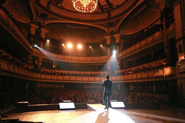 Tuấn Hưng rớt nước mắt trên sân khấu liveshow - Tin sao Viet - Tin tuc sao Viet - Scandal sao Viet - Tin tuc cua Sao - Tin cua Sao