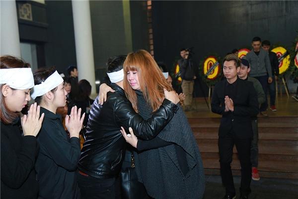 Lưu Thiên Hương ôm chặt người thân trong gia đình nhạc sĩ Lương Minh chia sẻ nỗi buồn. - Tin sao Viet - Tin tuc sao Viet - Scandal sao Viet - Tin tuc cua Sao - Tin cua Sao
