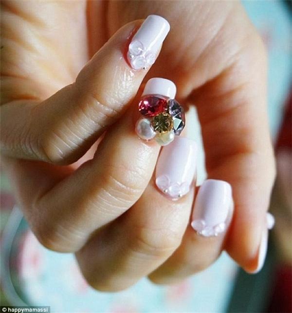 Bên cạnh sỏi, đá thông thường, nhiều người dùng cả đá quý gắn lên ngón tay.