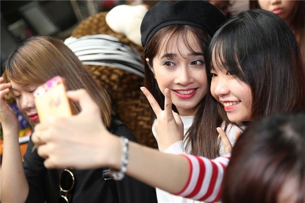 Phương Anh tranh thủ selfie cùng người hâm mộ. - Tin sao Viet - Tin tuc sao Viet - Scandal sao Viet - Tin tuc cua Sao - Tin cua Sao