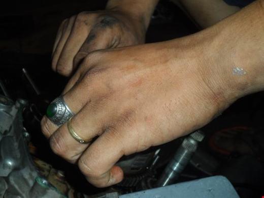 Đôi bàn tay luôn lấm lem dầu mỡ xe