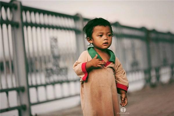Nhìn thấy em bé này,người chụp ảnh đã rơi nước mắt.