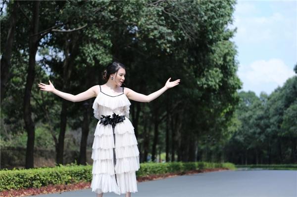 Giữa màu xanh biết của thiên nhiên, nữ ca sĩ càng thêm nổi bật hơn nữa trong trang phục nền nã nhưng vẫn toát lên phong thái của một quý cô sang trọng. - Tin sao Viet - Tin tuc sao Viet - Scandal sao Viet - Tin tuc cua Sao - Tin cua Sao