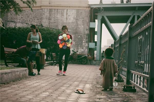Xót xa hoàn cảnh thật của em bé trong bức ảnh Hai đứa trẻ