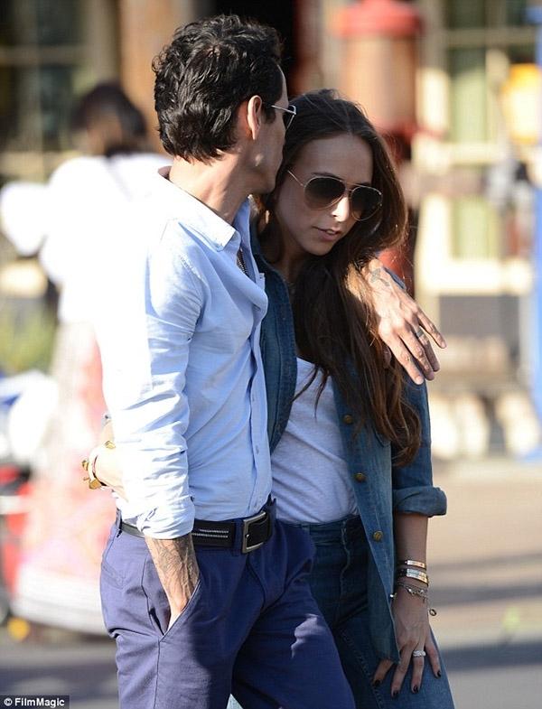 Một cử chi dịu dàng khi bạn hôn lên mái tóc của người yêu. (Ảnh: Internet)