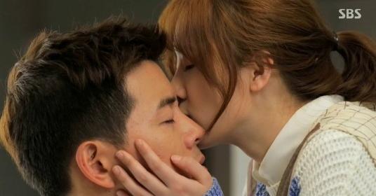 Một nụ hôn ấm nóng lên đôi mắt để người ấy hiểu lời động viên của bạn. (Ảnh: Internet)
