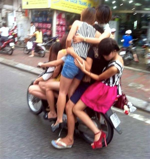 5 chị em trên một chiếc xe số. (Ảnh: Internet)