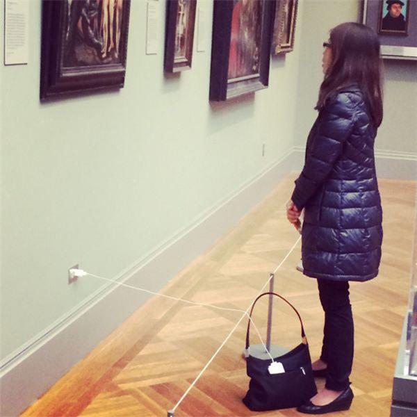 Khi người yêu nghệ thuật... hết pin điện thoại. (Ảnh: Internet)
