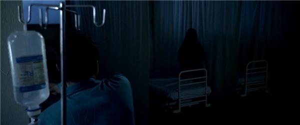 Sàn nhà đen đúa loang lổ, hàng lang tối om chập chờn ánh đèn mờ khiến người ta dường như nhìn ra những bóng ma thấp thoáng trong đêm.