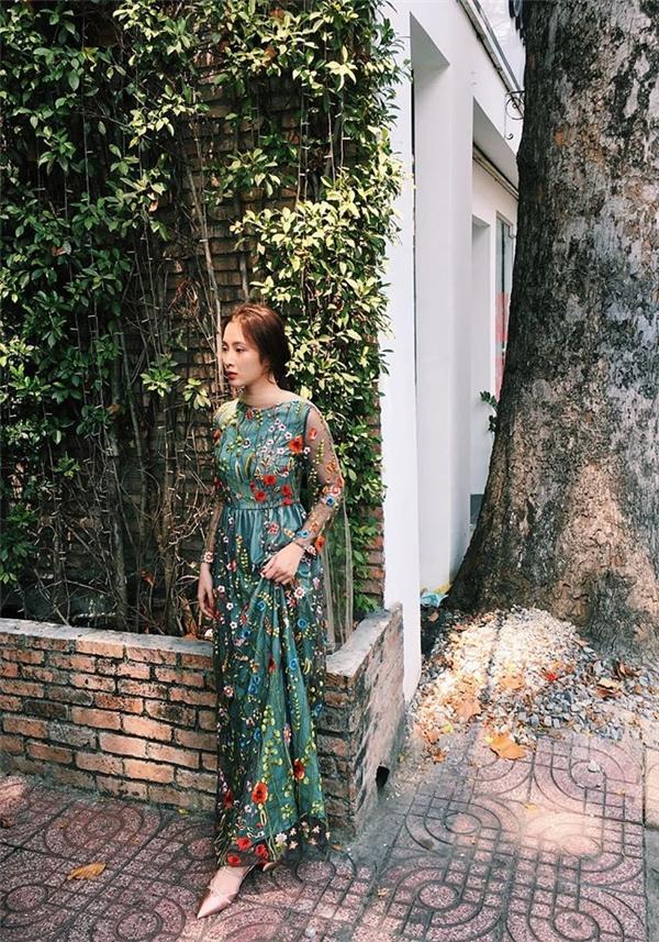 Angela Phương Trinh như thiên thần bước ra từ chuyện cổ tích với bộ váy dài điệu đà, nữ tính. Thiết kế kết hợp hài hòa, khéo léo giữa sắc xanh ngọc cùng tông đen huyền bí trên nền hai chất liệu voan, lụa mềm mại. Thiết kế tạo điểm nhấn bởi một rừng hoa nhiệt đới đầy màu sắc.