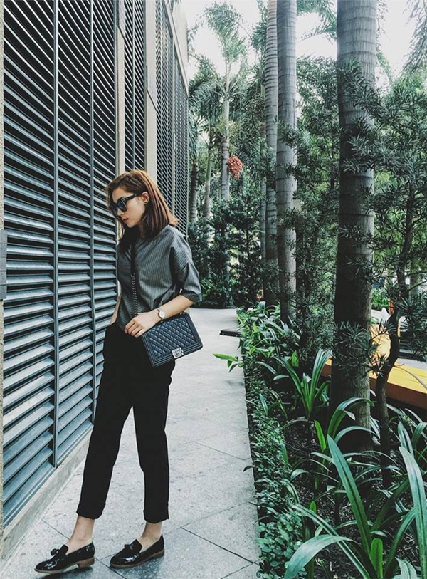 Trong khi đó, hoa hậu Kỳ Duyên lại mang đến vẻ ngoài cá tính, mạnh mẽ với áo sơ mi tối màu kết hợp cùng quần đen cổ điển. Tổng thể càng đậm chất menswear khi được Kỳ Duyên phối cùng giày lười với chất liệu da lộn bóng. Chiếc túi đeo chéo của Chanel mà Kỳ Duyên mang có giá lên đến vài chục triệu đồng.