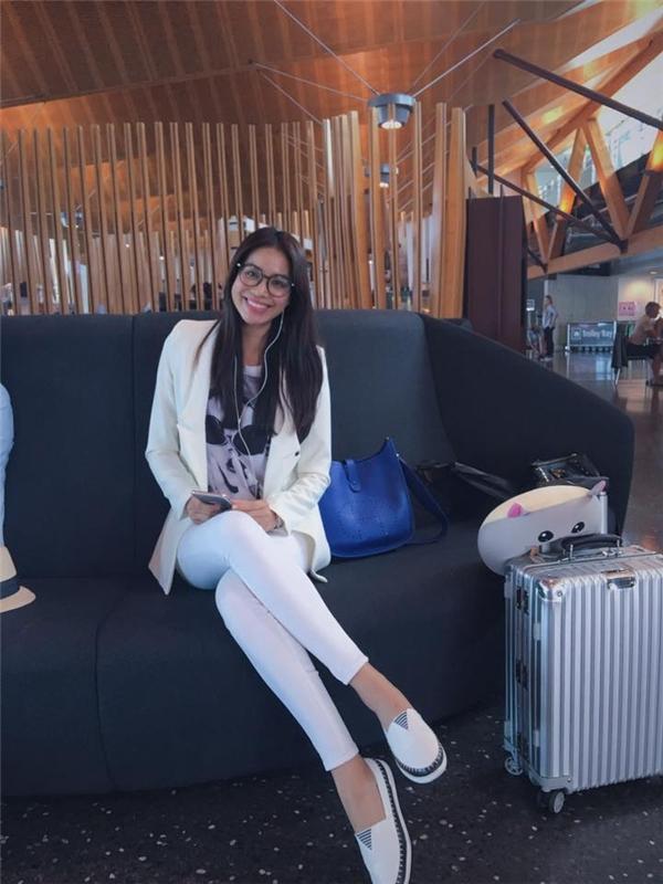Diện áo phông cùng quần jeans đơn giản, Phạm Hương cũng mang đến vẻ ngoài cá tính, mạnh mẽ khi phối cùng áo vest trắng đồng điệu. Hoa hậu Hoàn vũ Việt Nam 2015 hiện đang có chuyến công tác đến đất nước New Zealand.