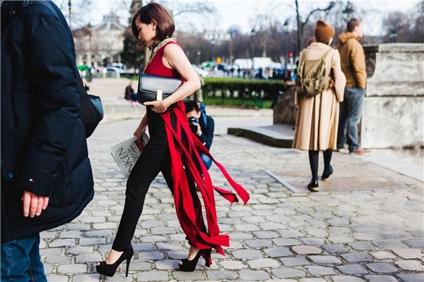 Dù vóc dáng khá nhỏ bé nhưng Trâm Nguyễn vẫn tự tin sải bước bên cạnh những fashionista thế giới. Nghiễm nhiên, người đẹp đã lọt vào ống kính của nhiều phóng viên, kênh truyền hình tại Pháp. Đặc biệt, tạp chí thời trang Marie Claire phiên bản Trung Quốc đã phỏng vấn Trâm Nguyễn về những trải nghiệm của cô trong ngày đầu tham gia Paris Fashion Week.
