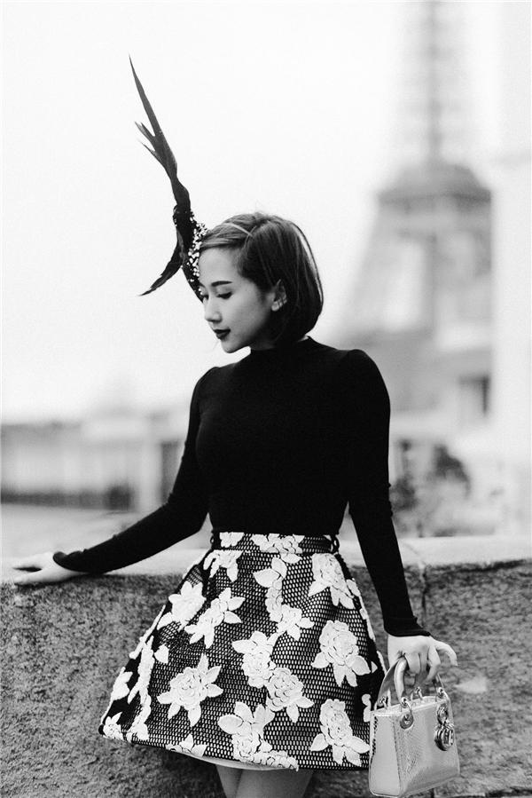 Đầu giờ chiều, khi thả bộ đến góp mặt trong hai show thời trang của Dries Van Noten và thương hiệu Guy Laroche, Trâm Nguyễn chọn chiếc áo đen dài tay ôm sát cùng chân váy hoa hồng của Chung Thanh Phong. Để set đồ không tẻ nhạt, bà mẹ một con phối cùng giày và túi Dior.Điểm nhấn cho tổng thể chính là chiếc mũ độc bản, được làm hoàn toàn bằng phương pháp thủ công tại Việt Nam.
