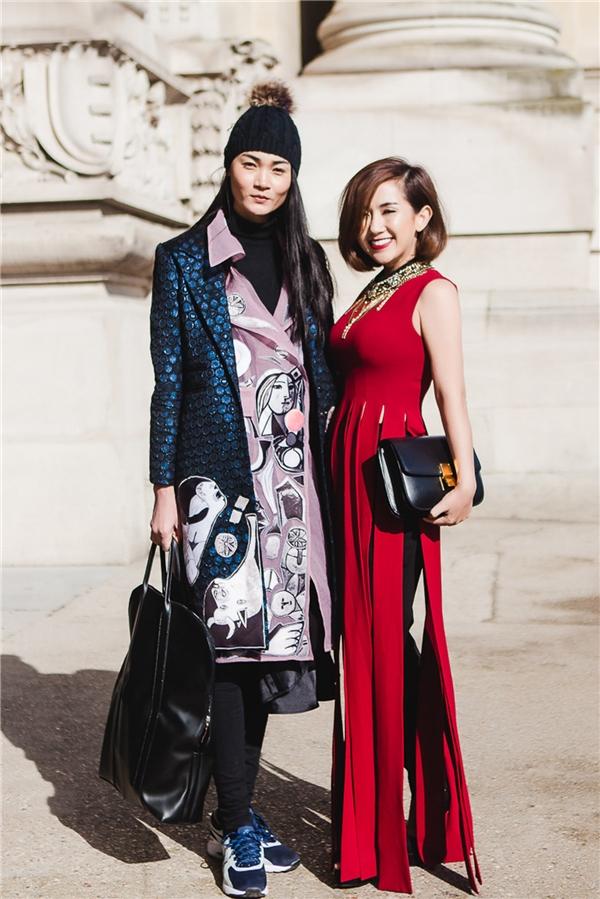 Cô chụp ảnh lưu niệm cùng người mẫu Thùy Trang.