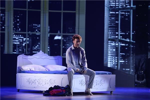 Một chiếc giường lớn được đặt tại sân khấu để phục vụ cho màn biểu diễn. - Tin sao Viet - Tin tuc sao Viet - Scandal sao Viet - Tin tuc cua Sao - Tin cua Sao