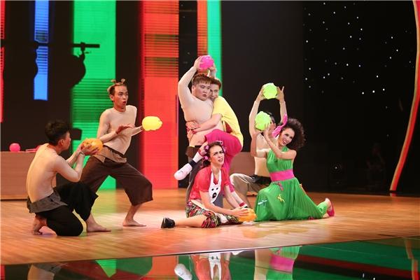 Phần trình diễn kết thúc trong sự ngỡ ngàng của khán giả khi S.T quyết định chọn một anh chàng vũ công làm người yêu mà không phải là hai người đẹp. - Tin sao Viet - Tin tuc sao Viet - Scandal sao Viet - Tin tuc cua Sao - Tin cua Sao